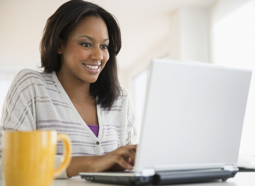 Black woman on computer utilizing smart shopping campaigns